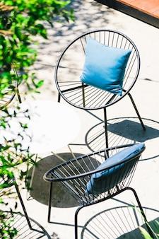 Patio avec oreiller sur chaise et set de table