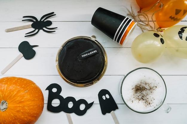 Pâtisserie au chocolat avec citrouille et ballon jouet effrayant