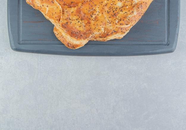 Pâtisserie au fromage savoureuse à bord sombre.