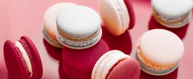 Pâtisserie boulangerie et branding concept macarons français sur fond rouge vin café parisien chic desse...