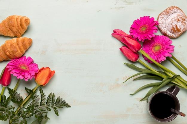 Pâtisserie et café sertie de fleurs