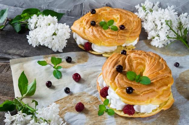 Pâtisserie choux paris brest, framboises, amande, sucre en poudre et menthe. éclair