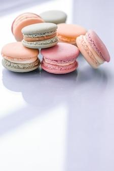 Pâtisserie et concept de marque macarons français sur fond bleu café chic parisien dessert sucré et macaron de gâteau pour la conception de toile de fond de vacances de marque de confiserie de luxe