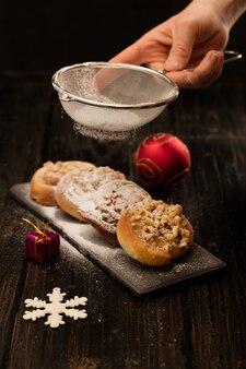 Pâtisserie danoise sur fond de bois noir
