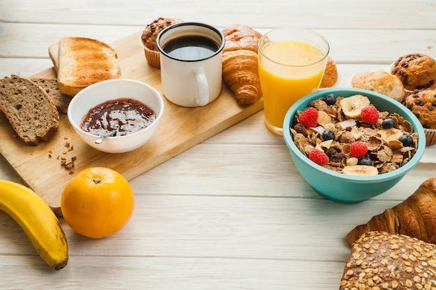 Pâtisserie et différents aliments pour le petit déjeuner
