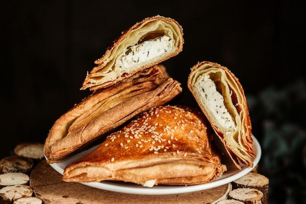 Pâtisserie de forme triangulaire avec garniture au fromage et aux herbes