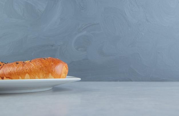 Pâtisserie maison fraîche sur plaque blanche.