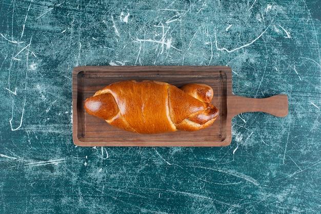 Pâtisserie maison savoureuse sur planche de bois.