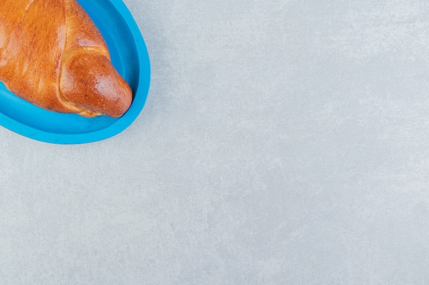 Pâtisserie maison savoureuse sur plaque bleue.