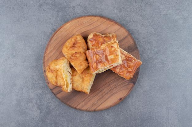 Pâtisserie maison en tranches sur planche de bois.