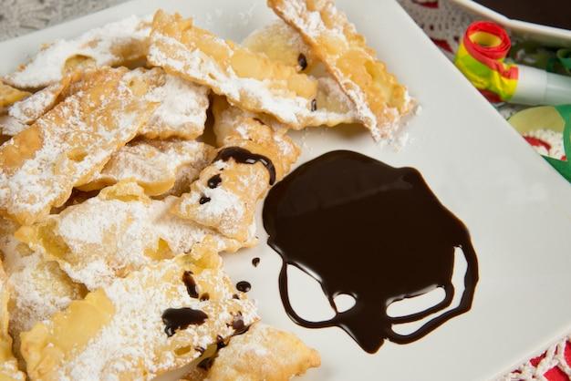 Pâtisserie napolitaine typique appelée chiacchiere, pâte feuilletée frite