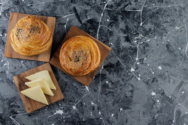 Pâtisserie nationale de l'azerbaïdjan avec des graines sur un marbre