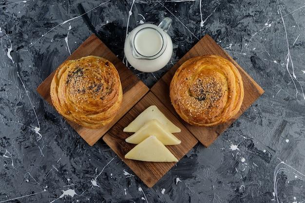 Pâtisserie nationale de l'azerbaïdjan avec des graines sur une table en marbre.