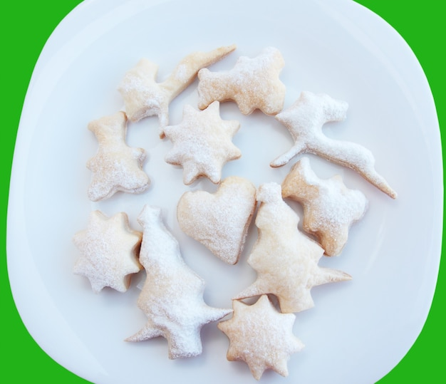 Pâtisserie de noël avec le sucre en poudre sur la plaque blanche