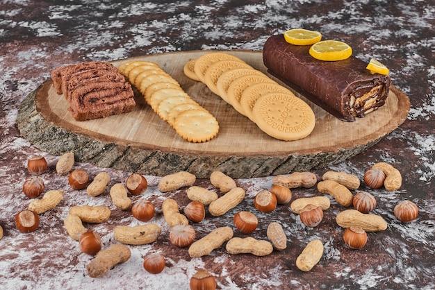 Pâtisserie et noix sur une planche de bois.