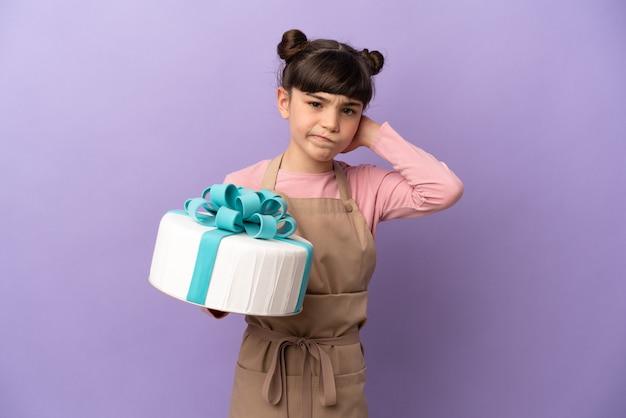 Pâtisserie petite fille tenant un gros gâteau isolé sur mur violet ayant des doutes