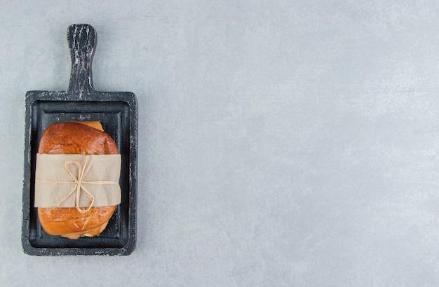 Pâtisserie savoureuse farcie sur tableau noir.
