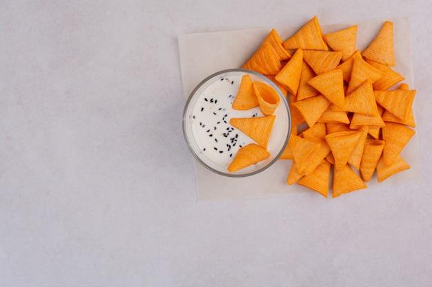 Pâtisserie savoureuse jaune avec du yaourt sur fond blanc. photo de haute qualité