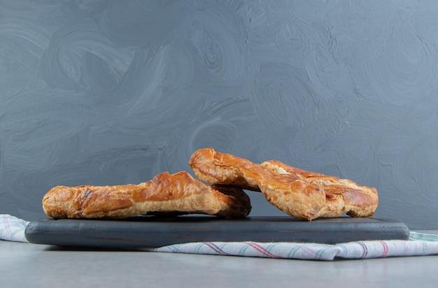 Pâtisserie savoureuse khachapuri sur tableau noir.