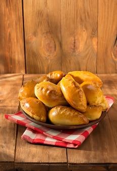 Pâtisserie savoureuse sur plaque à surface en bois