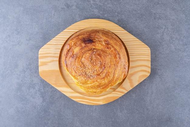 Pâtisserie sucrée sur une planche en bois