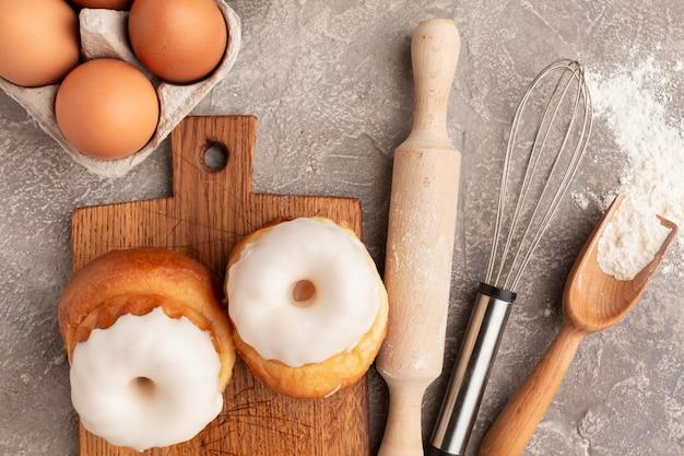 Pâtisserie sucrée et rouleau à pâtisserie