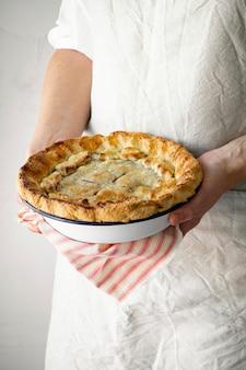 Pâtisserie tenant une tarte aux cerises gros plan de la photographie alimentaire