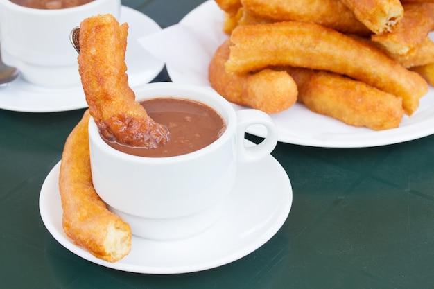 Pâtisserie traditionnelle espagnole - tasse de chocolat avec des churros