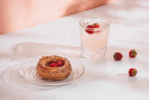 Pâtisserie traditionnelle fraîchement sortie du four, mini boissons gazeuses danoises à la framboise et aux framboises