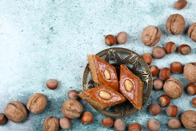 Pâtisserie traditionnelle pakhlava d'azerbaïdjan à base de noix et d'amandes au miel