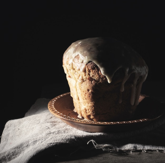 La pâtisserie ukrainienne traditionnelle de pâques repose sur une serviette en lin gris