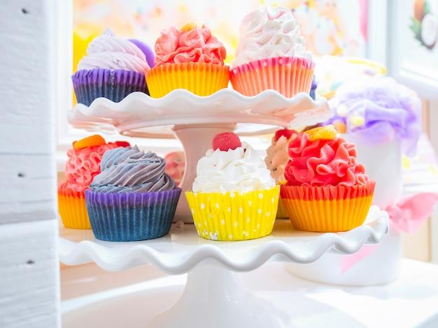 Pâtisserie avec une variété de muffins et de gâteaux avec des fruits et des baies