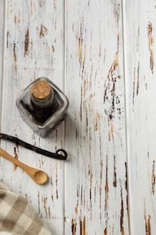 Pâtisserie verticale, ingrédients, ustensiles de cuisine sur bois rustique