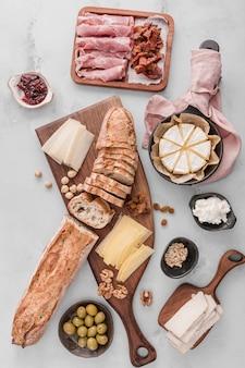 Pâtisserie vue de dessus avec arrangement de viande