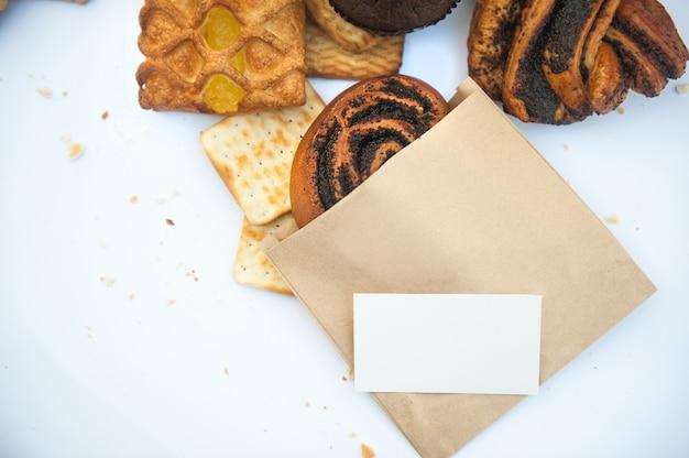 Pâtisseries assorties avec carte de visite vide blanche