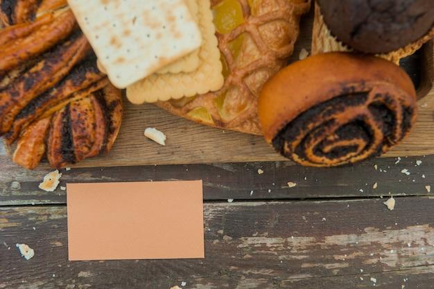 Pâtisseries assorties avec carte de visite vide
