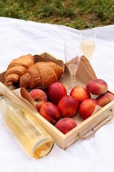 Pâtisseries, boissons et fruits sucrés. belle journée d'été.