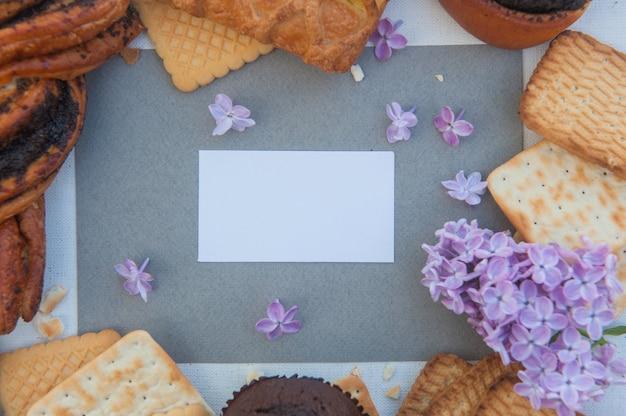 Pâtisseries et carte de visite ou note, vue de dessus