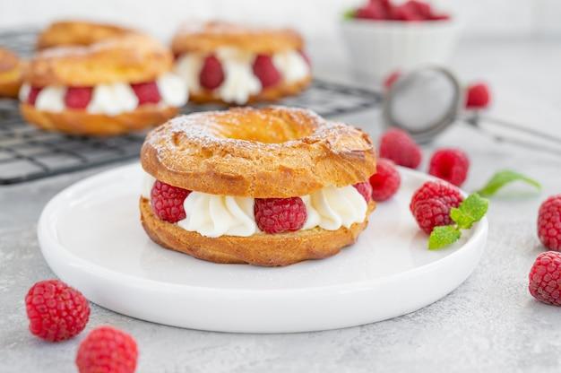 Pâtisseries à choux anneaux de choux à la crème de fromage à la crème ou au fromage blanc et framboises fraîches