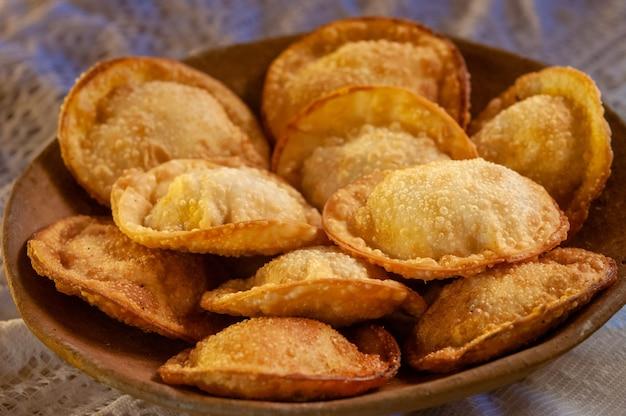 Pâtisseries dans le bol sur la table snack brésilien