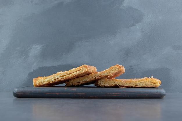 Pâtisseries en forme de triangle sur tableau noir.
