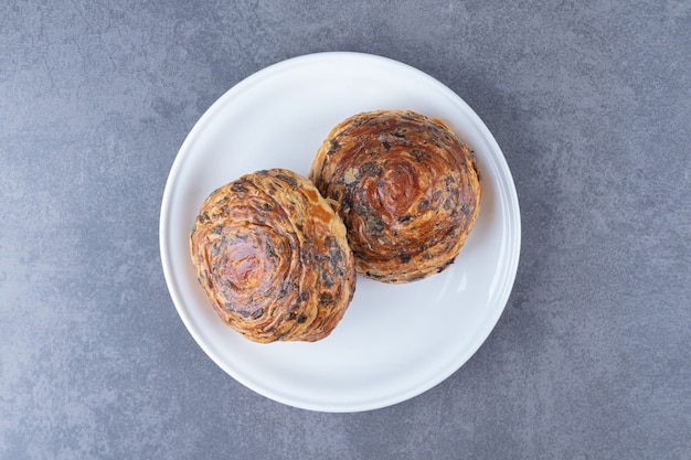 Pâtisseries fraîches gogal sur une assiette , sur le marbre.