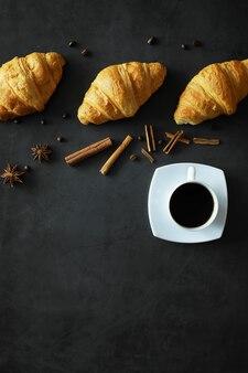 Pâtisseries fraîches sur la table. croissant aromatisé français pour le petit déjeuner.
