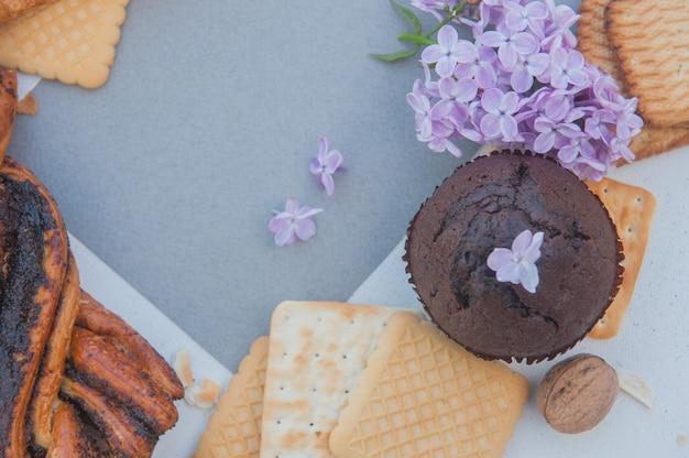 Pâtisseries et lilas, mise à plat
