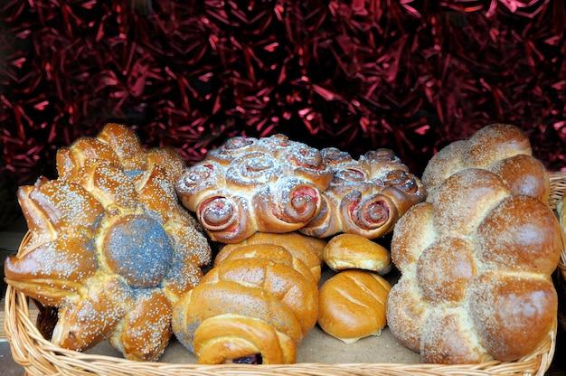 Pâtisseries maison dans une assiette en osier