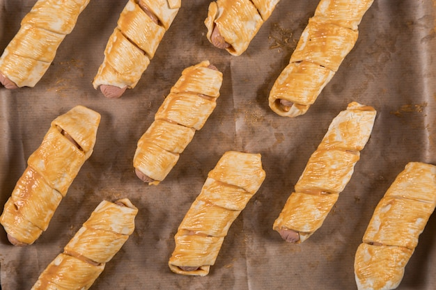 Pâtisseries maison, saucisses dans la pâte de leurs propres mains
