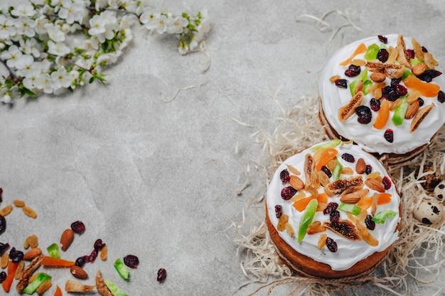 Pâtisseries et oeufs de pâques. concept de célébration de pâques.