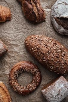 Pâtisseries et pain avec farine sur table