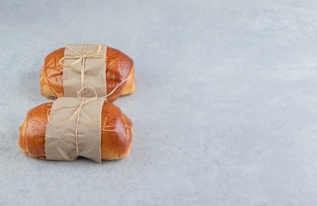 Pâtisseries savoureuses farcies sur table en pierre.