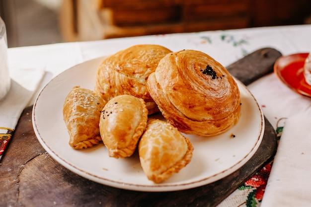 Pâtisseries savoureuses pâtisseries de viande qoghal à l'intérieur de la plaque blanche